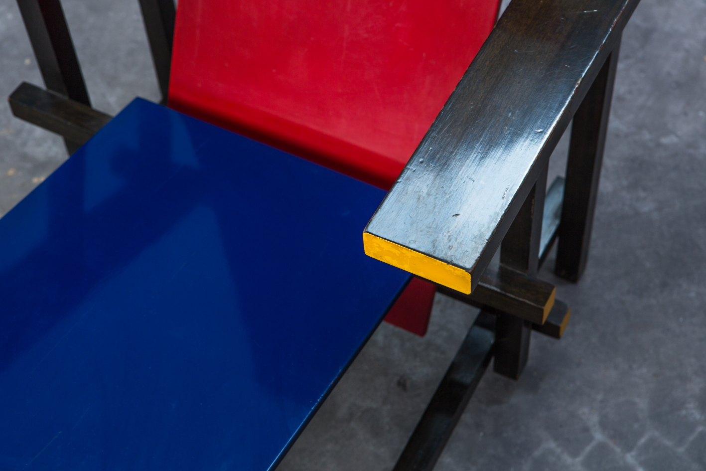 Early Red & Blue chair - Gerrit Rietveld for Cassina signed n.23 - Colour detail