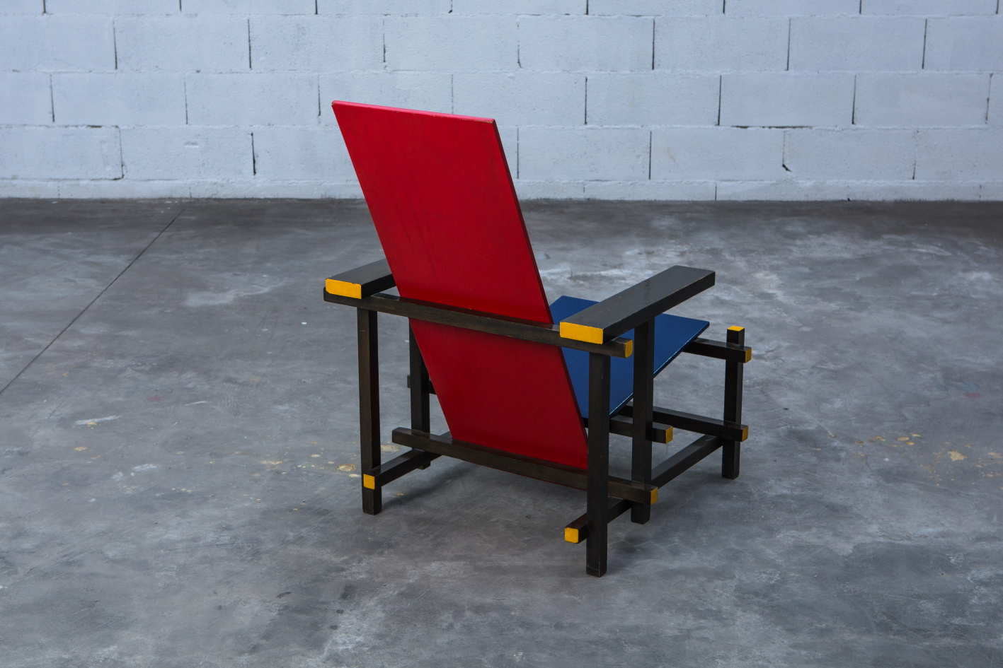 Early Red & Blue chair - Gerrit Rietveld for Cassina signed n.23 - 3/4 back view