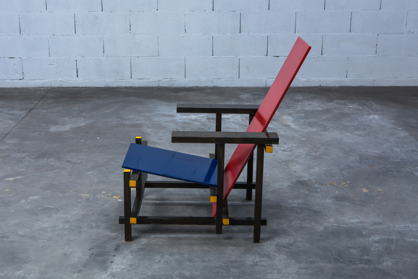 Early Red & Blue chair - Gerrit Rietveld for Cassina signed n.23 - Side view