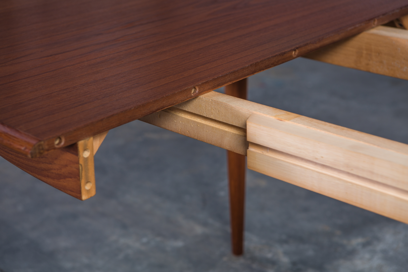 Extendable 1960s danish oval dining table - Gudme Mobelfabrik - Frame detail