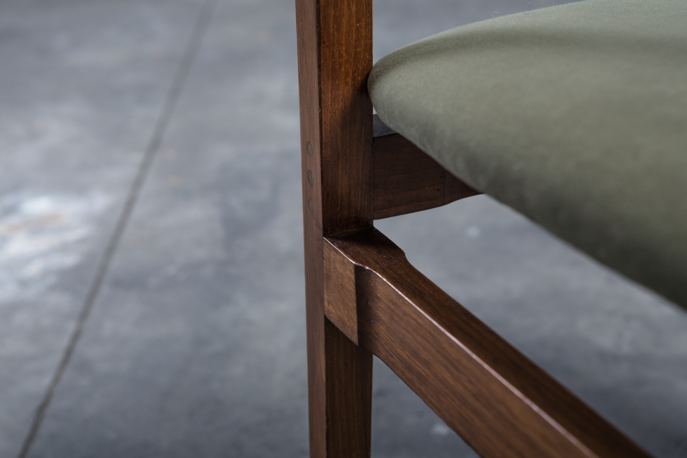 Model 104 chairs by Gianfranco Frattini for Cassina - Wood detail
