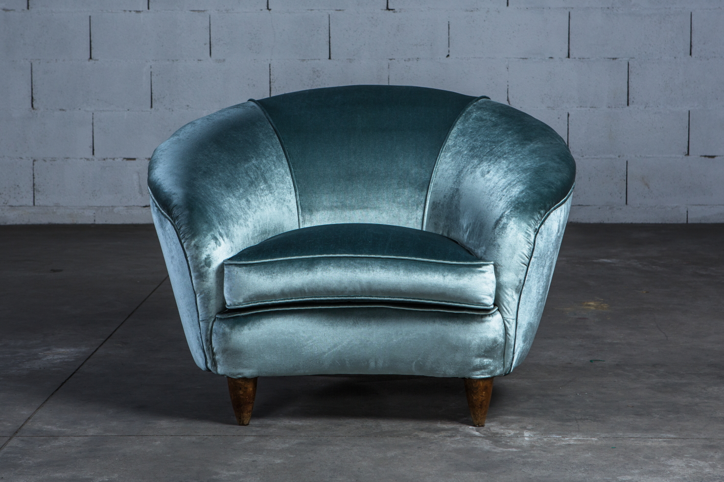 A beautiful pair of Italian lounge chairs in light blue silk velvet - Italy 1940s - Front view