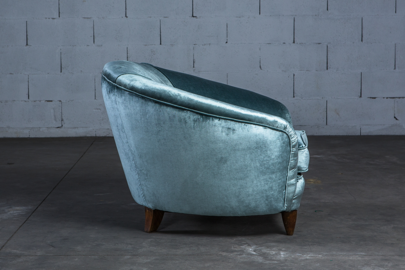 A beautiful pair of Italian lounge chairs in light blue silk velvet - Italy 1940s - Profile