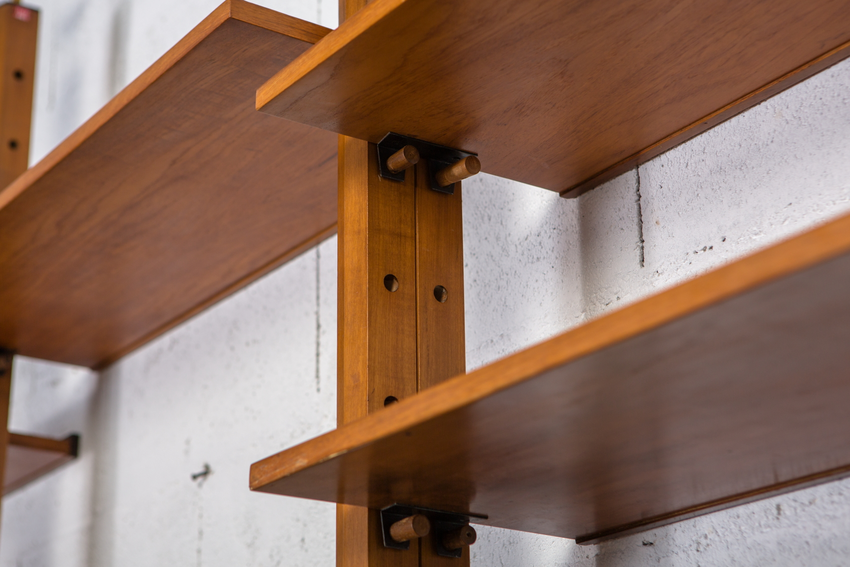 A bookcase wall unit by Leonardo Fiori for Isa Bergamo 1950s - Joints detail