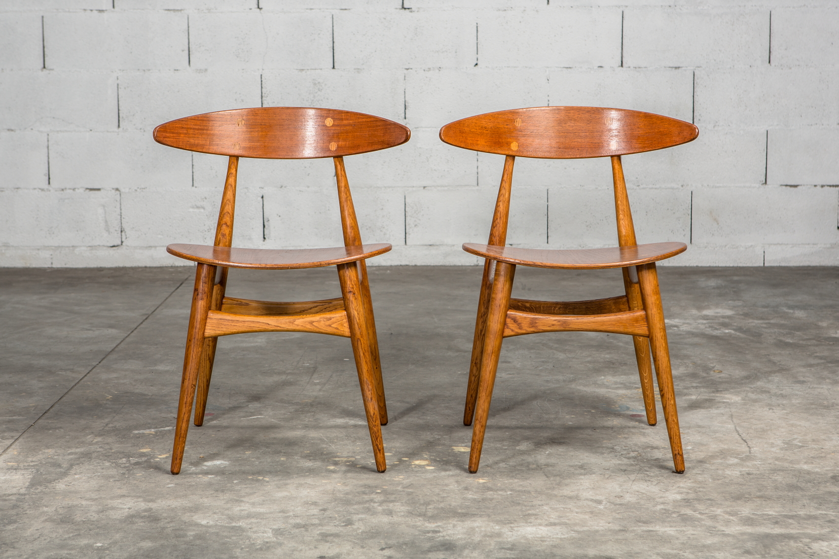 Molded teak backrests and oak frames CH 33 chairs - Hans J. Wegner for Carl Hansen & Son - Front view 2