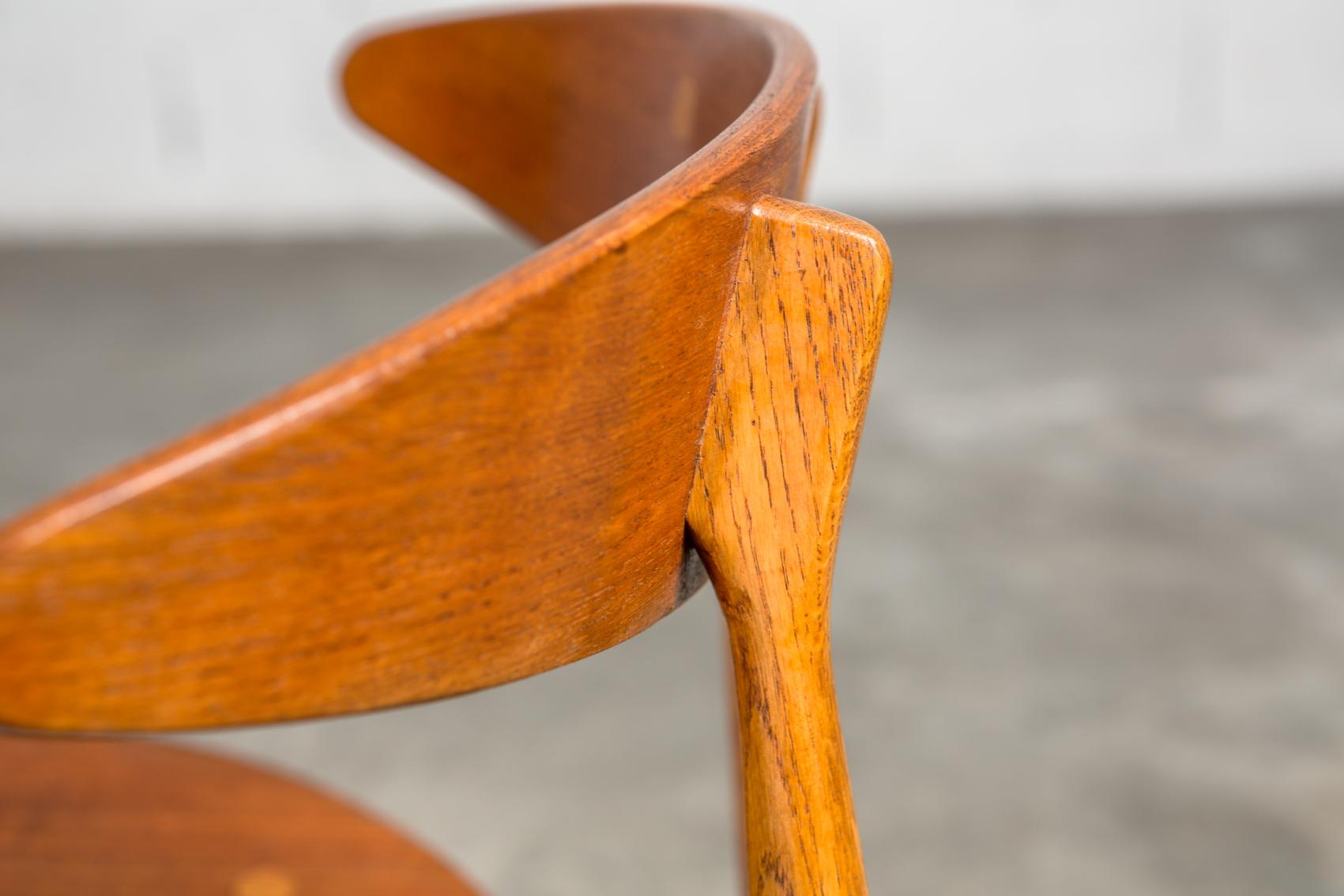 Molded teak backrests and oak frames CH 33 chairs - Hans J. Wegner for Carl Hansen & Son - Detail