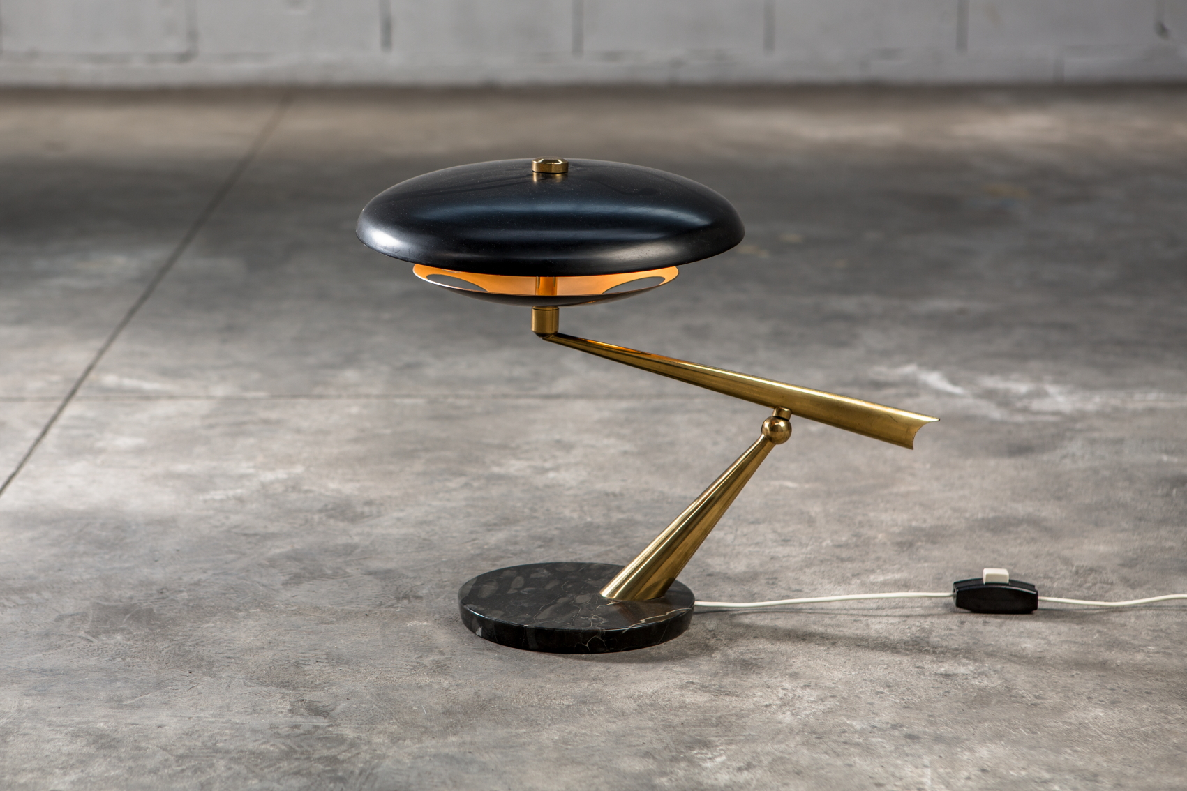 A rare table lamp made by Lumen in the 1950s. Marble base, brass frame and varnished aluminium.