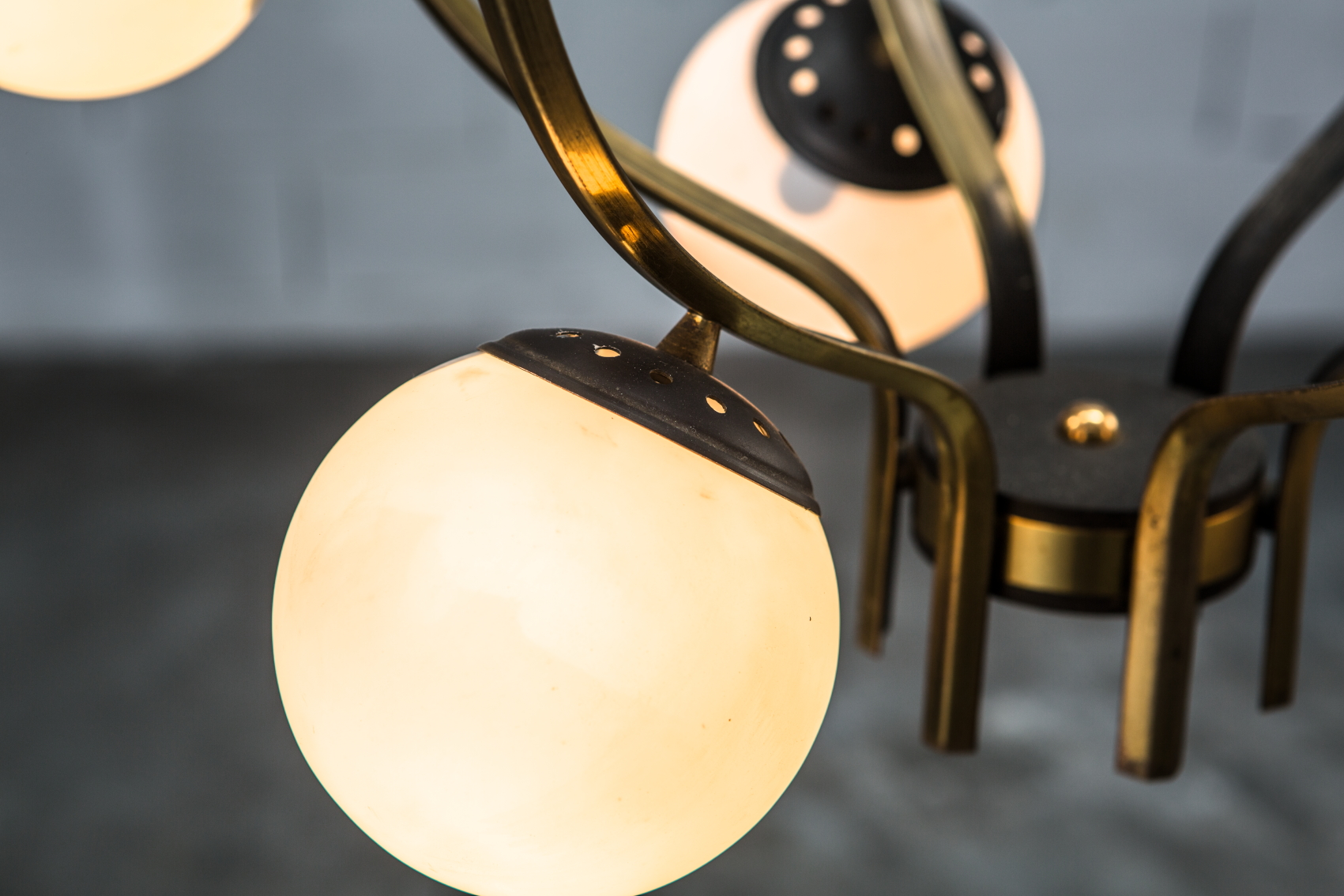 Stilnovo 12 lights chandelier 1950s made by brass, aluminium and opaline glass - Opaline balls detail